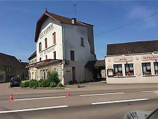 La façade du restaurant le Dauphiné à Arnay-le-Duc.