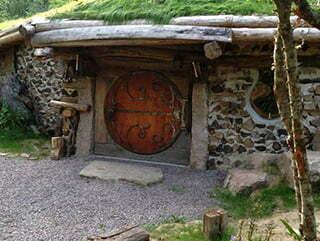 La porte d'une des maisons semi-enterrée du domaine de la Pierre ronde à Saint-Martin-de-la-mer.