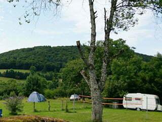 « À l'ombre du château » camping à Ménessaire.
