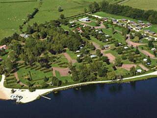 Vue aérienne du camping étang Fouché Huttopia à Arnay-le-Duc.